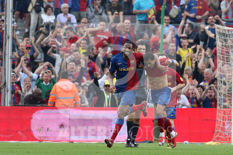 Barcelona's Daniel Alves and Seydou Keita celebrates after the first one scored against Villarreal  during La Liga match, May 10th, 2009. .(ALTERPHOTOS/Susan Park).