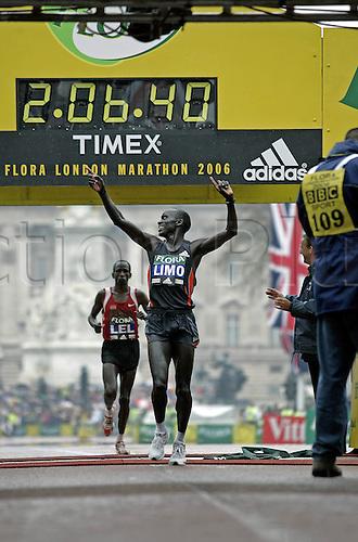 23 April 2006: Kenyan marathon runner Felix Limo (KEN) wins the Flora London Marathon in a time of 2 hours and 6 minutes 39 seconds. Photo: Glyn Kirk/actionplus...athletics 060423 win winner joy celebrate celebration man male men kenya