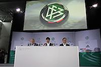 Mediendirektor Harald Stenger, Bundestrainer Joachim Loew, Nationalmannschaftsmanager Oliver Bierhoff bei der Bekanntgabe der Nominierung