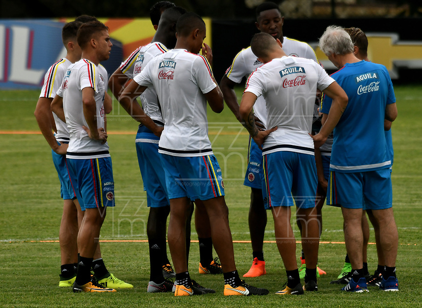 BARRANQUILLA - COLOMBIA - 02 – 10 - 2017: Jose Peckerman (Der.), tecnico de la Selección Colombia, da instrucciones a los jugadores, durante entreno en las canchas del Polideportivo Universidad Autonoma del Caribe. El equipo colombiano se prepara en Barranquilla para el partido contra el seleccionado de Paraguay el 05 de octubre, partido clasificatorio a la Copa Mundial de la FIFA Rusia 2018. / Jose Peckerman (R), coach of Colombia´s Team, gives instructions to the palyers, during a training in the grounds of the Sports Center of Autonoma del Caribe University. Colombia team prepares in Barranquilla for the match against the national team of Paraguay on October 05, qualifying for the FIFA World Cup Russia 2018. Photo: VizzorImage / Luis Ramirez/ Staff.