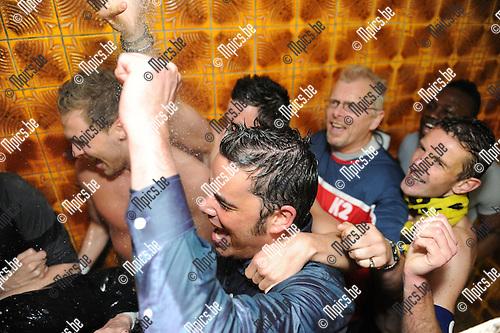 2012-04-22 / Voetbal / seizoen 2011-2012 / Berchem Sport kampioen / In de kleedkamer werd trainer Bart Selleslags getrakteerd op een douche. ..Foto: Mpics.be