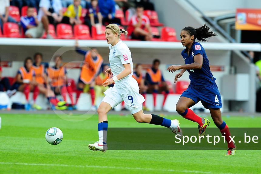 Fifa Women's World Cup Germany 2011 : England - France - at Leverkusen : Ellen White aan de bal voor Laura Georges.foto DAVID CATRY / Vrouwenteam.be
