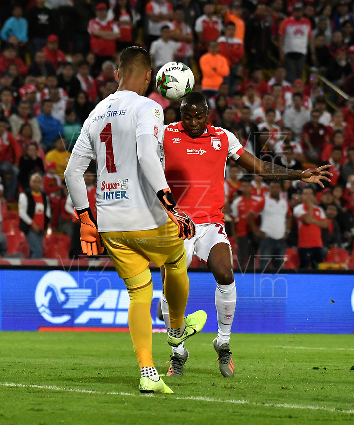 BOGOTÁ-COLOMBIA, 09-11-2019: Maicol Balanta de Independiente Santa Fe y Neto Volpi de América de Cali disputan el balón, durante partido de la fecha 1 de los cuadrangulares semifinales entre Independiente Santa Fe y América de Cali, por la Liga Águila II 2019, jugado en el estadio Nemesio Camacho El Campín de la ciudad de Bogotá. / Maicol Balanta of Independiente Santa Fe and Neto Volpi of America de Cali fight for the ball, during a match of the 1 date of the semifinals quarter finals between Independiente Santa Fe and America de Cali, for the Aguila Leguaje II 2019 played at the Nemesio Camacho El Campin Stadium in Bogota city. / Photo: VizzorImage / Luis Ramírez / Staff.