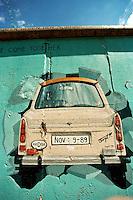 BERLINO / GERMANIA - 2004.RESTI DEL MURO CON MURALES IN POTSDAMER PLATZ..FOTO LIVIO SENIGALLIESI..BERLIN / GERMANY - 2004.MURALES ON THE REMAINS OF THE WALL IN POTSDAMER PLATZ..PHOTO BY LIVIO SENIGALLIESI