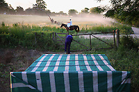 At nightfall, the preparation of the hives for the migration continues.