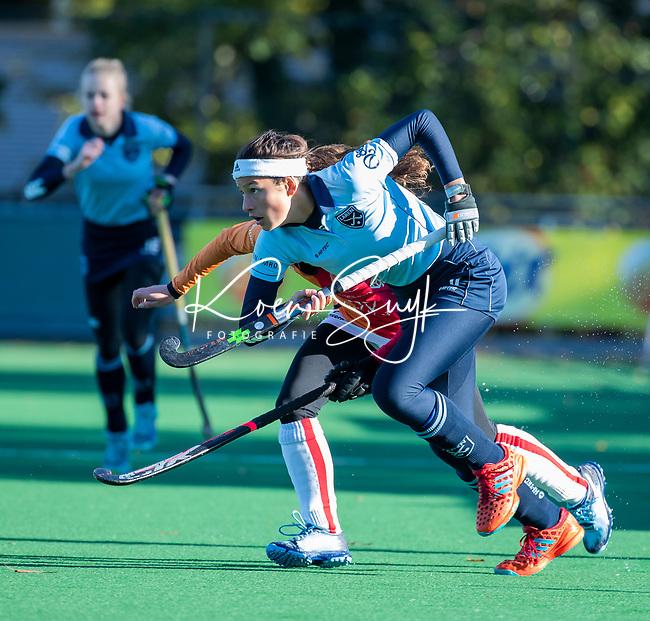 Laren - Bente van der Veldt (laren) met Maud Renders (OR)   tijdens de Livera hoofdklasse  hockeywedstrijd dames, Laren-Oranje Rood (1-3).  COPYRIGHT KOEN SUYK