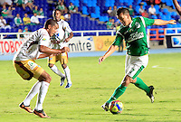 CALI -COLOMBIA-05-10-2013. Sergio Romero (D) del Deportivo cali disputa el balón con Davinson Monsalve (I) del Tolima durante partido válido por la fecha 14 de la Liga Postobón II 2013 jugado en el estadio Pascual Guerrero de la ciudad de Cali./ Deportivo Cali player Sergio Romero (R) fights for the ball with Tolima player Davinson Monsalve (L) during match valid for the 14th date of Postobon League II 2013 played at Pascual Guerrero stadium in  Cali city.Photo: VizzorImage/Juan C. Quintero/STR