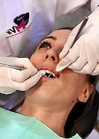Vrouw laat haar gebit onderzoeken