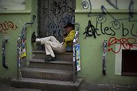 **Hinweis: Dieses Bild ist Teil der Fotostrecke 1.Mai** Berlin, Ein Passant beim Myfest am Mittwoch (01.05.13) in Kreuzberg in Berlin. Foto: Timur Emek/CommonLens