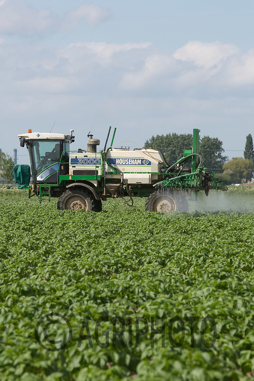 Spraying potatoes for blight <br /> Picture Tim Scrivener 07850 303986<br /> tim@agriphoto.com<br /> &hellip;.covering agriculture in the UK&hellip;.