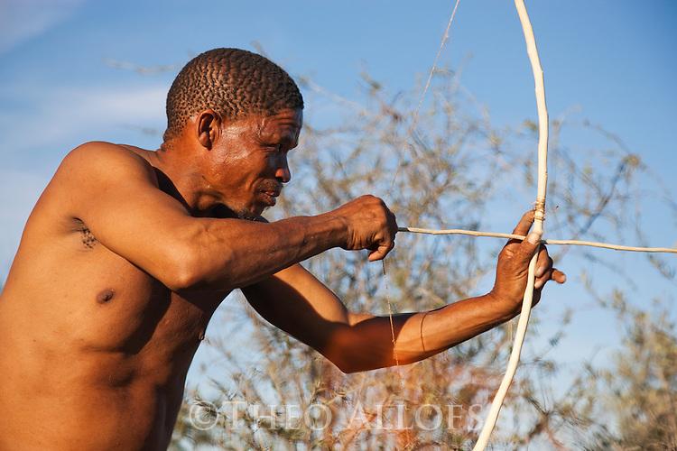 Botswana, Kalahari, bushman (san) hunting with bow and arrow