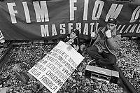 - the workers of Innocenti - Maserati cars factory  (Milan) block the Milan Lambrate Station  for protest against the plant closing (Januaryr 1992)....- gli operai della fabbrica di automobili Innocenti - Maserati  bloccano la Stazione di Milano Lambrate per protesta contro la chiusura dello stabilimento (gennaio 1992)