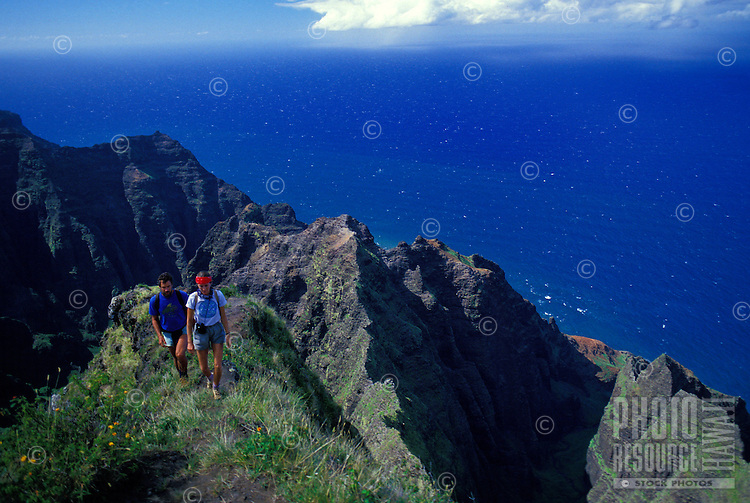 Hiking Na Pali, couple on Awaawapuhi trail, Kauai