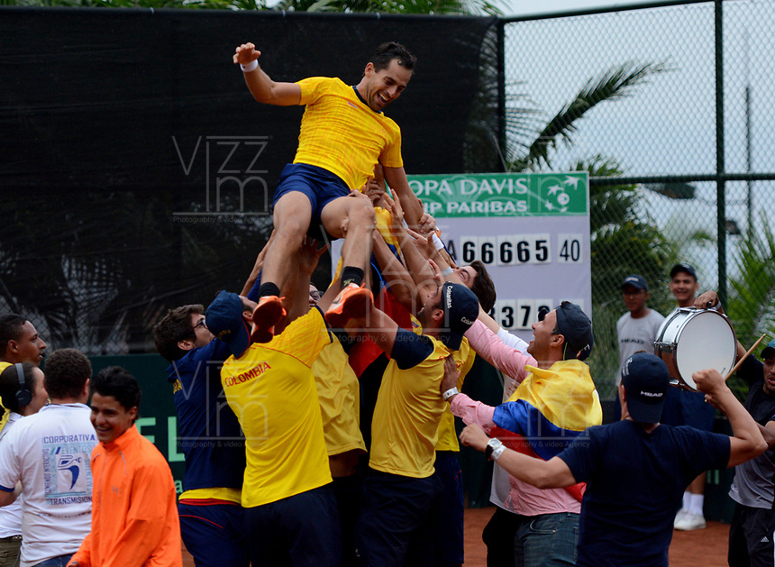 MEDELLIN - COLOMBIA - 08 - 04 - 2017: Los jugadores de Colombia celebran la victoria Chile, durante partido de la serie final de partidos en el Grupo I de la Zona Americana de la Copa Davis, partidos entre Colombia y Chile, en Country Club Ejecutivos de la ciudad de Medellin. / The players of Colombia celebrate the victory over of Chile, during a match to the final series of matches in Group I of the American Zone Davis Cup, match between Colombia and Chile, at the Country Club Executives in Medellin city. Photo: VizzorImage / Leon Monsalve / Cont.