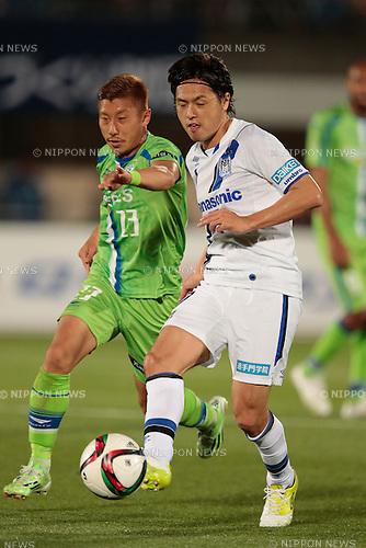 (L to R) <br /> Kaoru Takayama (Bellmare), <br /> Yasuhito Endo (Gamba), <br /> APRIL 18, 2015 - Football /Soccer : <br /> 2015 J1 League 1st stage match <br /> between Shonan Bellmare 0-2 Gamba Osaka <br /> at Shonan BMW Stadium Hiratsuka, Kanagawa, Japan. <br /> (Photo by AFLO SPORT)