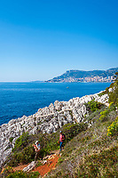 Frankreich, Provence-Alpes-Côte d'Azur, Roquebrune-Cap-Martin: ein Wanderweg fuehrt um die ganze Halbinsel Cap Martin herum mit herrlichem Blick ueber Roquebrune Bucht bis nach Monaco - und wenn es dem Hund mal zu steinig ist, muss man ihn eben ein kurzes Stueck tragen | France, Provence-Alpes-Côte d'Azur, Roquebrune-Cap-Martin: hiking trail around peninsula Cap Martin with fantastic view across Roquebrune Bay to Monaco