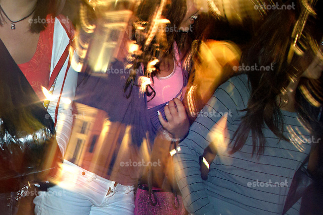 BULGARIEN, 09.2009.Sliven.Diese zentralbulgarische Industriestadt ist einer der wichtigsten Herkunftsorte fuer in Westeuropa arbeitende Prostituierte:.Frauen der Stadt - in der Fussgaengerzone, der Flaniermeile fuer den fruehen Abend. .This central-bulgarian industrial town is one of the main origins of prostitutes for Western Europe, especially Belgium and Holland:.Women of the town - in the pedestrian street, the place for strolling the early evening..© Martin Fejer/EST&OST