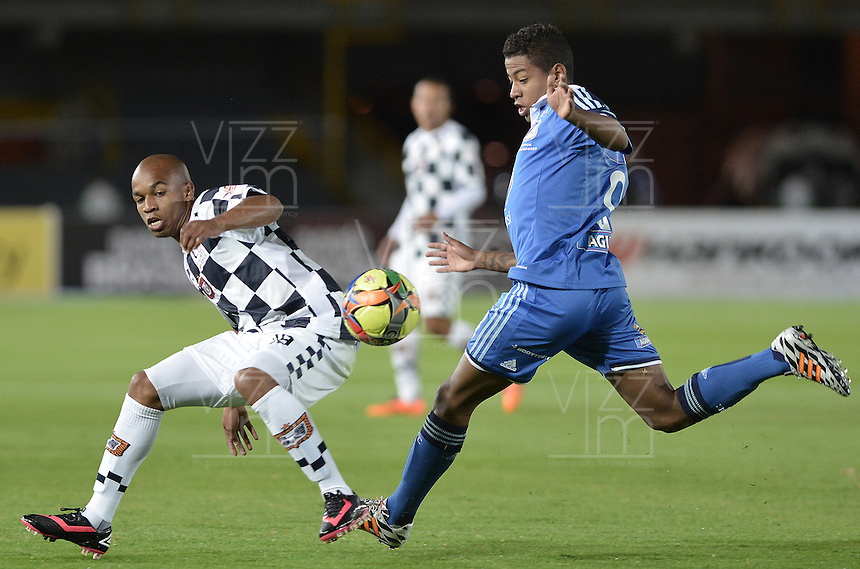 BOGOTÁ -COLOMBIA, 02-08-2014. Andy Polo (Der.) jugador de Millonarios disputa el balón con Nicolas Giraldo (Izq.) jugador de Boyacá Chicó FC durante partido por la fecha 3 de la Liga Postobón II 2014 jugado en el estadio Nemesio Camacho el Campín de la ciudad de Bogotá./ Andy Polo (R) player of Millonarios fights for the ball with Nicolas Giraldo (L) player of Boyaca Chico FC during the match for the third date of the Postobon League II 2014 played at Nemesio Camacho El Campin stadium in Bogotá city. Photo: VizzorImage/ Gabriel Aponte / Staff
