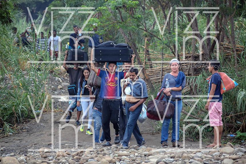 CUCUTA - COLOMBIA, 02-03-2019: Venezolanos tratan de pasar la frontera, por la trocha La Pampa, hacia Colombia hoy, 2 de marzo de 2019, huyendo de las dificiles condiciones en su país en donde el regimen de Nicolás Maduro disputa el poder con Juan Guaidó, presidente interino de Venezuela y reconocido por parte de la comunidad internacional. / Venezuelan people cross the border by the step walk La Pampa today, March 02, 2019, to Colombia leaving the bad conditions of their country where the Maduro's regimen dispute the power with Juan Guaido interim president and recognized by many international comunity . Photo: VizzorImage / Manuel Hernandez / Cont