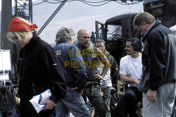MATTHEW McCONAUGHEY, ROB BOWMAN (DIRECTOR) & ADRIAN BIDDLE (DIRECTOR OF PHOTOGRAPHY).on the set of Reign of Fire.Filmstill - Editorial Use Only.www.capitalpictures.com.sales@capitalpictures.com.Supplied By Capital Pictures