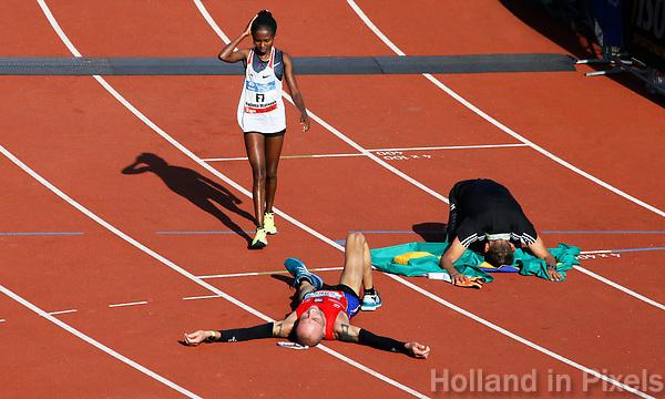 Nederland - Amsterdam - 2017 . Mensen liggen uitgeput bij de finish van de Marathon van Amsterdam.    Foto Berlinda van Dam / Hollandse Hoogte