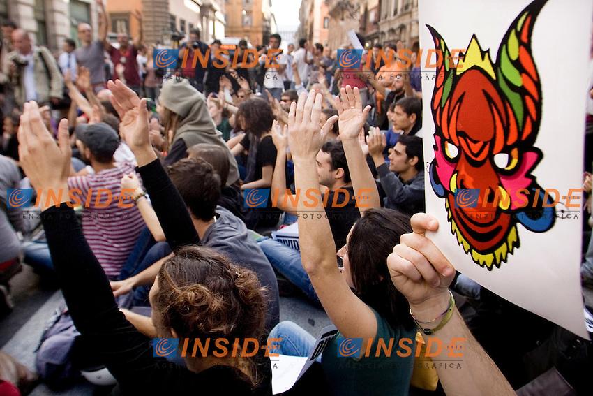 MANIFESTAZIONE DEGLI INDIGNATI CONTRO IL GOVERNO E LA CRISI ECONOMICA..NELLA FOTO IL CORTEO A VIA DEL CORSO..ROMA 14 OTTOBRE 2011..PHOTO  SERENA CREMASCHI INSIDEFOTO..............................