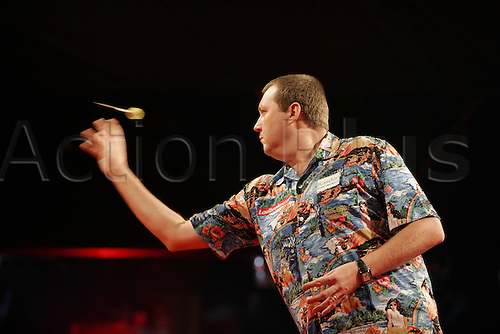 29 December 2005: English player Wayne 'Hawaii 501' Mardle throws a dart during the Ladbrokes.com 2006 PDC World Darts Championship third round match against Part held at the Circus Tavern, Purfleet, Essex. Mardle beat Part 4-2. Photo: Neil Tingle/Actionplus..051229 darts