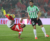 BOGOTA -COLOMBIA. 07-05-2014. Wilder Medina  (Izq)  de Independiente Santa Fe disputa el balon  contra Francisco Najera  del  Atlético Nacional  partido de ida por las semifinales  de  La Liga Postobon  jugado en el estadio El Campin . Wilder Medina  (L) of Independiente Santa Fe dispute the balloon against Francisco Najera  of  Atletico Nacional for the first leg to the  Liga Postobon I played at El Campin. Photo: VizzorImage / Felipe Caicedo / Staff