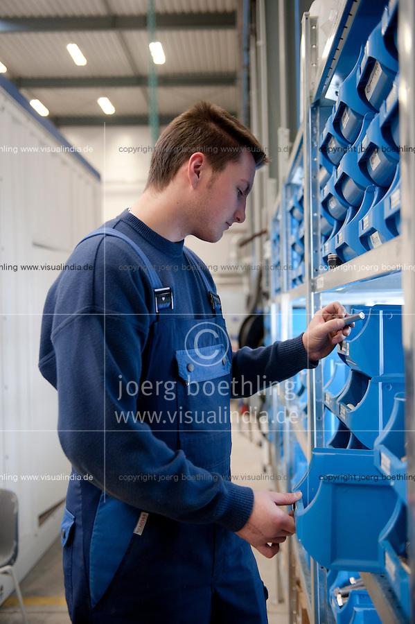 Deutschland, Niedersachsen, Zesen, Biogasanlagenhersteller MT Energie, Betriebe aus der Branche der erneuerbare Energie sind ein Jobmotor und schaffen viele neue Arbeitsplaetze, Auszubildender in Produktion / Germany GER , Biogas plant manufacturer MT Energy