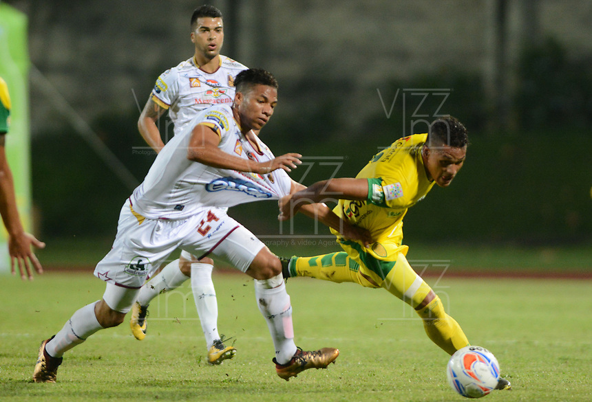 MEDELLÍN- COLOMBIA, 17-04-2018:Antony Otero (Der.) jugador de Leones de Itaguí disputa el balón con Carlos Robles (Izq.) jugador del Deportes Tolima durante partido por la fecha 16 de la Liga Águila I 2018 jugado en el estadio Metropolitano Ciudad de Itagui. / Antony Otero (R) player of Leones of Itagui fights for the ball with Carlos Robles (L) player of Deportes Tolima during the match for the date 16 of the Liga Aguila I 2018 played at the Metropolitano ciudad de Itagui. Photo: VizzorImage / León Monsalve / Contribuidor