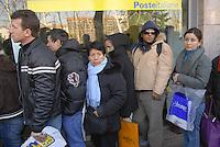 - immigrated in line to the post offices for the delivery of the forms for the application of stay permission ..- immigrati in fila agli uffici postali per la consegna dei moduli per la richiesta del permesso di soggiorno
