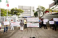 OSASCO,SP - 22.05.2014. -O GOVERNADOR DE SÃO PAULO GERALDO ALCKIMIN INAUGURA REFORMA DO HOSPITAL REGIONAL EM OSASCO -Manifestantes fazem protesto contra o monopólio do transporte aos grandes empresários das garagens de onibus e tambem funcionários do hospital pediram metas para o Hospital Regional de Osasco onde o governador do Estado de São Paulo Geraldo Alckimin participa da inauguração das reforma do Hospital Regional de Osasco e assinatura de convênio para implantação de filial do Icesp na manhã desta quinta feira (22) (Foto: Aloisio Mauricio / Brazil Photo Press)