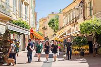 France, Provence-Alpes-Côte d'Azur, Menton: Rue Saint-Michel, shopping lane at old town | Frankreich, Provence-Alpes-Côte d'Azur, Menton: Rue Saint-Michel, Einkaufsstrasse in der Altstadt