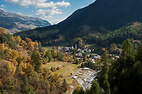 Schweiz, Graubuenden, Unterengadin, Susch am Fluss En (Inn) | Switzerland, Graubuenden, Lower Engadin, Susch at river En (Inn)