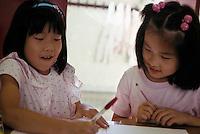Milano, Scuola giapponese, lezione di calligrafia.Milan, Japanese school, handwriting lesson