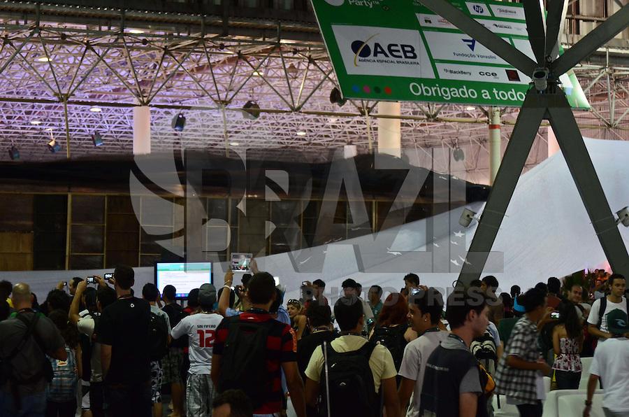 SÃO PAULO, SP, 07 DE FEVEREIRO DE 2012 -CHUVA CAMPUS PARTY  - Ventos fortes da chuva desta tarde derrubaram parte da Cenografia do pavilhão do anhembi onde acontece o Campus Party. Campuseiros tiveram que segurar algumas estruturas para que não caíssem com a força do vento. FOTO: ALEXANDRE MOREIRA - NEWS FREE.