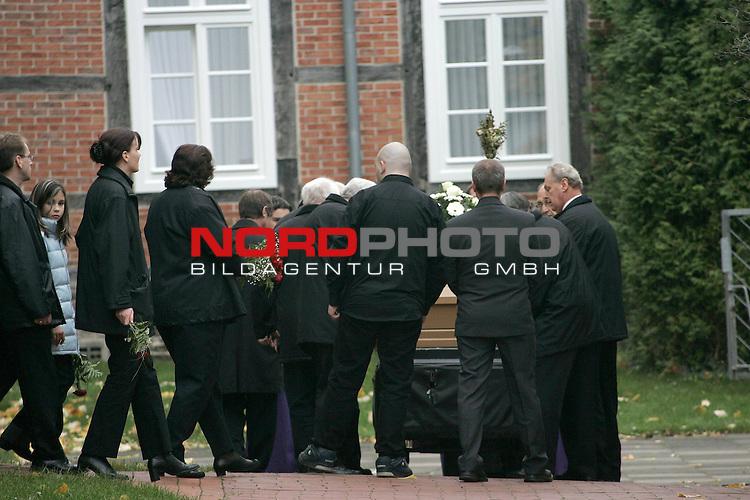 Kurz nach der Beerdigung wurde der Sohn der 39 j&scaron;hrigen Taxifahrerin aus QuakenbrŁck verhaftet. Dem Tatverd&scaron;chtigen wird vorgehalten, seine Mutter mit 20 Messerstichen tŲdlich verletzt zu haben.<br /> Foto: Trauergaste verlassen die Marienkriche in Quakenbrueck am Donnerstag nachmittag. Hinter dem Sarg geht vermutlich der 20 jaehrige Sohn<br /> <br /> <br /> Foto: &copy; nordphoto <br /> <br />  *** Local Caption *** Foto ist honorarpflichtig! zzgl. gesetzl. MwSt.<br />  Belegexemplar erforderlich<br /> Adresse: nordphoto<br /> Georg-Reinke-Strasse 1<br /> 49377 Vechta