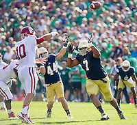 Stephon Tuitt (7) gets pressure on Oklahoma Sooners quarterback Blake Bell (10).