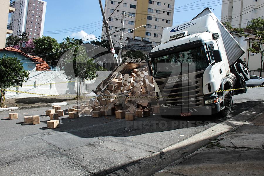 SAO PAULO, SP, 30.05.2014 - ACIDENTE TRANSITO - TOMBAMENTO CAMINHÃO - Um caminhao tombou na Rua Marcos Portugal no bairro do Ipiranga na regiao sul de Sao Paulo, nesta sexta-feira, 30. (Foto: Carlos Pessuto / Brazil Photo Press).