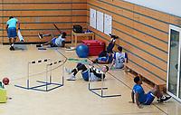 """Team der Skyliners beim Stretching - Frankfurt 07.11.2019: 7F des Schuldorf Bergstraße bei den Fraport Skyliners im Rahmen des Projekts """"Schüler machen Zeitung"""""""