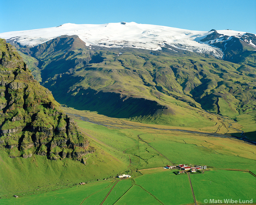 Núpakot og Þorvaldseyri séð til norðausturs, Eyjafjallajökull í baksýni. Rangárþing eystra áður Austur-Eyjafjallhreppur /  Nupakot and Thorvaldseyri viewing northeast. Eyjafjallajokull glacier in background. Rangarthing eystra former Austur-Eyjafjallahreppur.