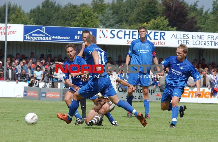 RLN  05 / 06- 3. Spieltag - Hinrunde<br /> <br /> Kickers Emden vs St. Pauli<br /> <br /> Paulis Kvicha Shubitidze zieht ab, Velimir Grgic ( Emden ) kann nicht mehr eingreifen<br /> <br /> <br /> <br /> <br /> Foto &copy; nordphoto <br /> <br /> <br /> <br />  *** Local Caption *** Foto ist honorarpflichtig! zzgl. gesetzl. MwSt.<br /> <br />  Belegexemplar erforderlich