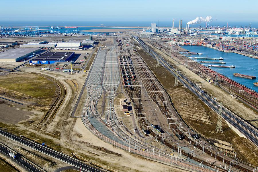 Nederland, Zuid-Holland, Rotterdam, 18-02-2015; Euopaweg buigt af naar de Maasvlakte, Slufter en Tweede Maasvlakte (MV2) in het verschiet. Rechts Emplacement Maasvlakte, Distripark en watere van de Hartelhaven. Infrabundel van autosnelweg N15, spoorweg (Betuweroute) en hoogspanningsleidingen. <br /> New and man-made land in the North sea <br /> designate for the Port of Rotterdam. Infrastructure bundle: motorway, railway (Betuweroute) and power lines.<br /> luchtfoto (toeslag op standard tarieven);<br /> aerial photo (additional fee required);<br /> copyright foto/photo Siebe Swart