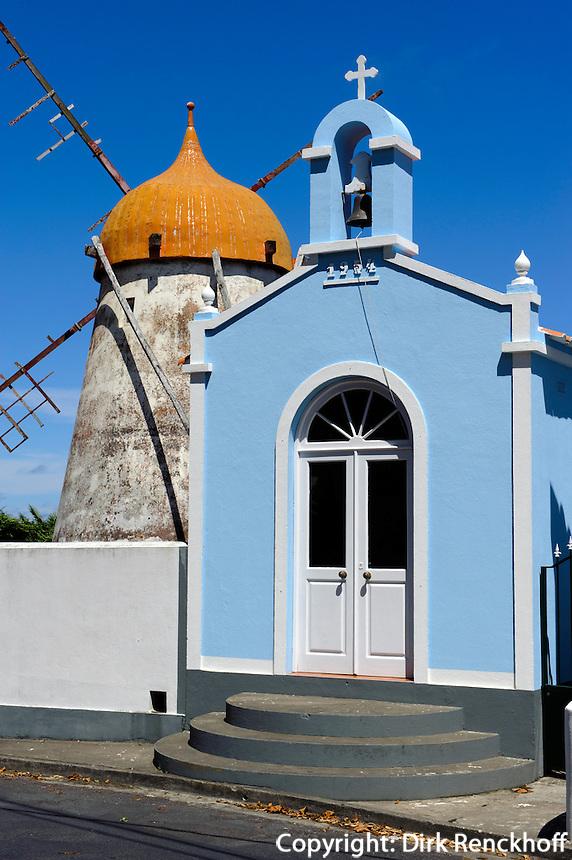 Windmühle und Kapelle bei Ajuda da Bretanha auf der Insel Sao Miguel, Azoren, Portugal