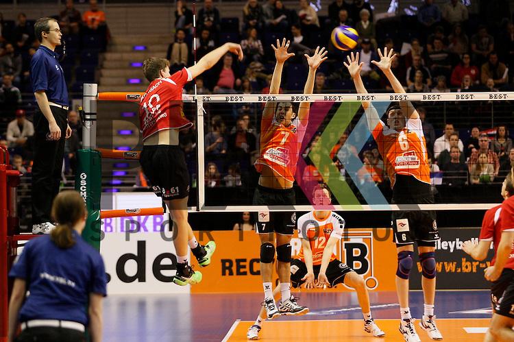 am Netz v. l. Rottenburgs Tom Strohbach (Nr. 10) , Berlins Kawika Shoji (Nr. 7) , Berlins Felix Fischer (Nr. 6) <br /> <br /> 04.02.15 Volleyball, 1. Bundesliga, Maenner, Saison 2014/15, Berlin Recycling Volleys - TV Rottenburg beim Spiel Berlin Recycling Volleys - TV Rottenburg.<br /> <br /> Foto &copy; PIX *** Foto ist honorarpflichtig! *** Auf Anfrage in hoeherer Qualitaet/Aufloesung. Belegexemplar erbeten. Veroeffentlichung ausschliesslich fuer journalistisch-publizistische Zwecke. For editorial use only.