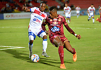 IBAGUE - COLOMBIA, 27-08-2018: Danovis Banguero (Der.) jugador de Deportes Tolima disputa el balón con Árnol Palacios (Izq.) jugador del Deportivo Pasto, durante partido de la fecha 6 por la Liga Aguila II 2018 entre Deportes Tolima y Deportivo Pasto, jugado en el estadio Manuel Murillo Toro de la ciudad de Ibague. / Danovis Banguero (R) player of  Deportes Tolima vies for the ball with Arnol Palacios (L) player of Deportivo Pasto, during a match of the 6th date for the Aguila League II 2018, between Deportes Tolima and Deportivo Pasto, played at Manuel Murillo Toro stadium in Ibague city. Photo: VizzorImage / Juan Carlos Escobar / Cont.