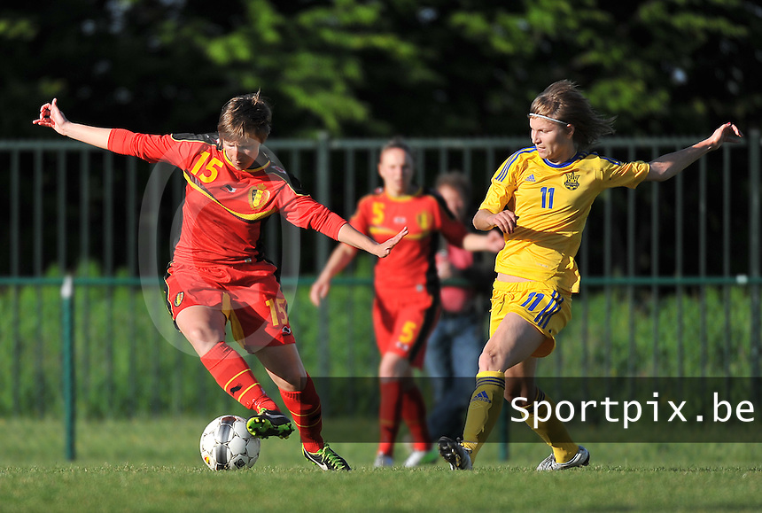 Belgium - Ukraine : Niki De Cock (15) aan de bal voor Valeriia Aloshycheva (11)<br /> foto DAVID CATRY / Nikonpro.be