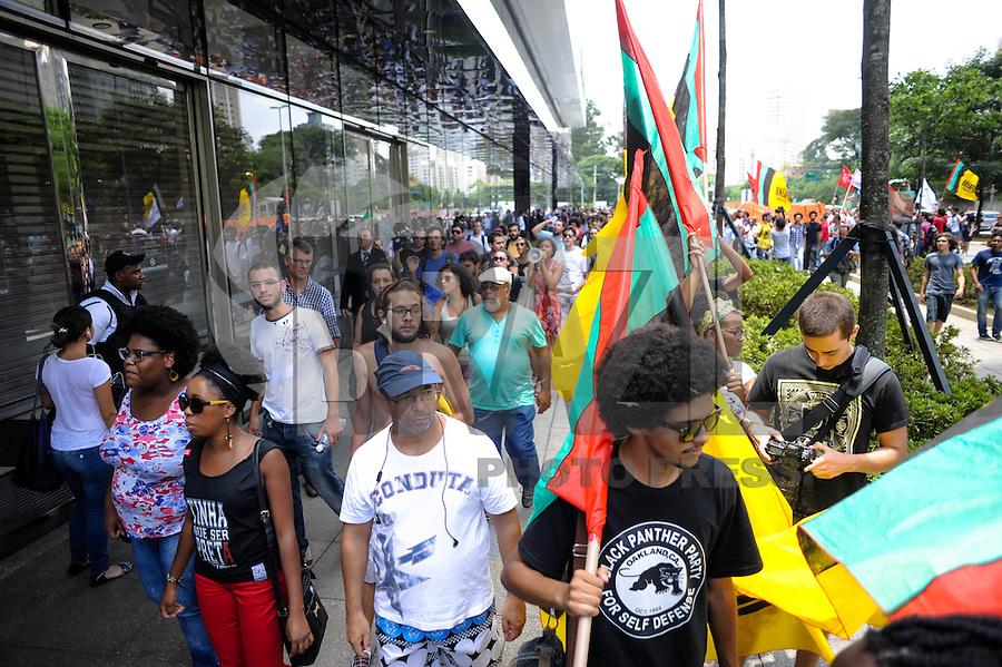"""SAO PAULO, SP, 18.01.2014 - ROLE CONTRA O RACISMO - Integrantes de movimentos sociais protestam em frente ao Shopping JK Iguatemi, na zona oeste de São Paulo neste sábado. O evento foi intitulado """"Rolé contra o racismo"""". O Shopping fechou as portas durante o protesto. Diferentemente dos """"rolezinhos"""" que ocorreram nos últimos finais de semanas em shoppings da cidade, o """"rolé"""" em frente ao JK Iguatemi reúne a militância que luta pelo direito dos negros. (Foto: Adriano Lima / Brazil Photo Press)."""