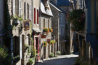 France, Brittany, Département Côtes-d'Armor, Dinan: Cobbled street, Rue du Petit Four and typical Breton stone houses | Frankreich, Bretagne, Département Côtes-d'Armor, Dinan: Altstadtgasse Rue du Petit Four und typische Bretonische Steinhaeuser