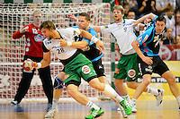 links vorne Pavel Horak (FAG) am Ball setzt sich durch gegen hinten Sebastian Preiß (TBV)